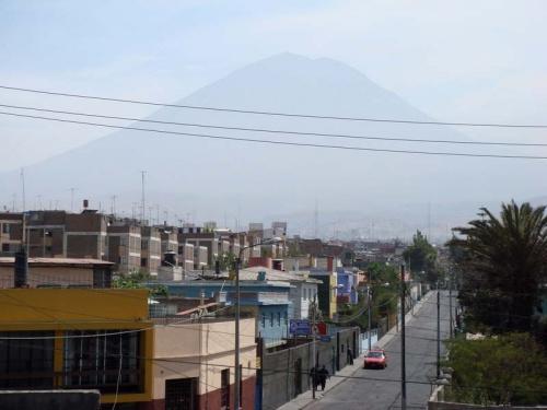 вид на город: действующий вулкан.