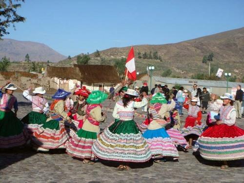 танцы с перуанским флагом