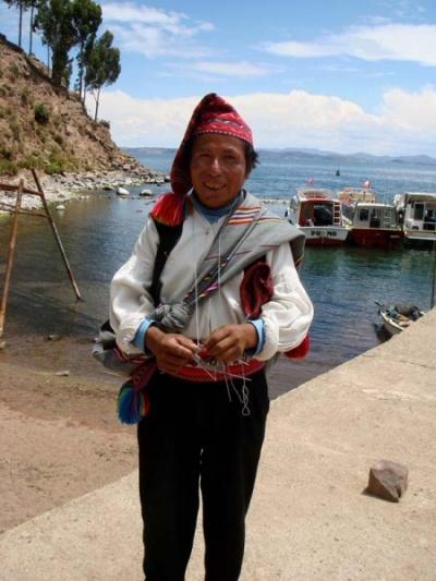 на острове Текиле вязание является сакральным и сугубо мужским занятием, передающимся строго от отца к сыну