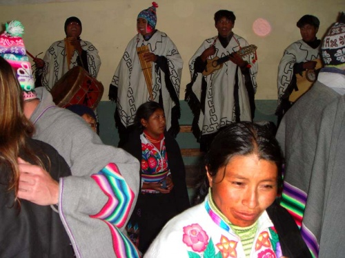 перуанский этнолайф: эту вечеринку нам организовали индейцы.  Пляски под индейскую музыку на высоте 3800 м над морем - это прикольно :)