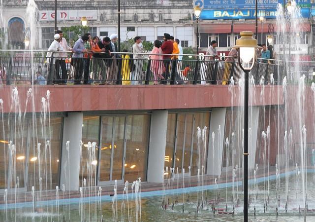 Rajiv Chowk (Connaught Place) - можно подсматривать, как ездят поезда!