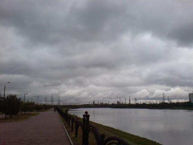 Свинцовое небо, Москва, Марьино ,вид на НПЗ в Капотне...
