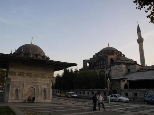 фонтан и мечеть
