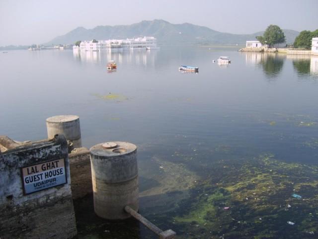 Вид на озеро из гэста в Удайпуре