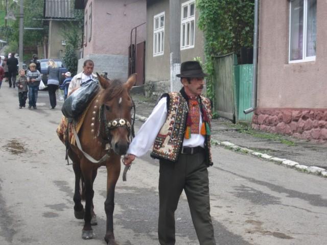 Гуцул возвращается с фестиваля брынзы