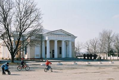 До 1917 года - Покровский собор, а теперь Галерея с работами российских художников.