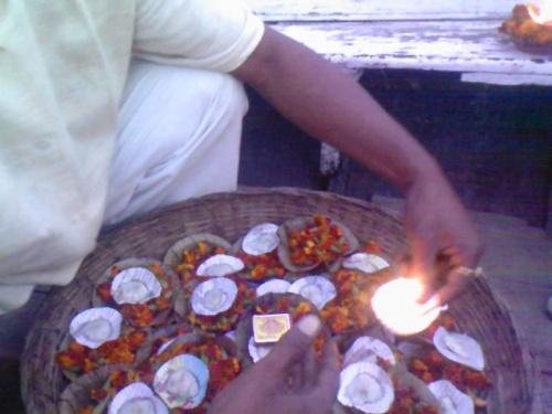 цветы и свечи для Ганга