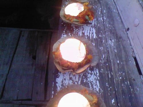 через минуту мои свечи уплывут по Гангу