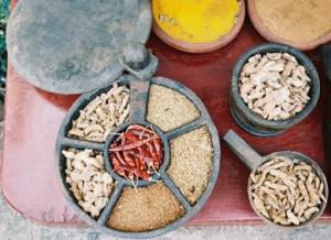 в верхней части желтый порошок,  называют шафраном, а на деле - куркума. Шафран из Раджастана - это же дорогущие ниточки-пестики!