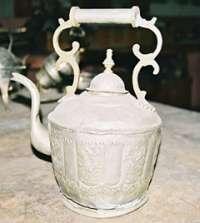В старых медных чайниках, если стряхнуть с них пыль веков, получается отменный чай масала!