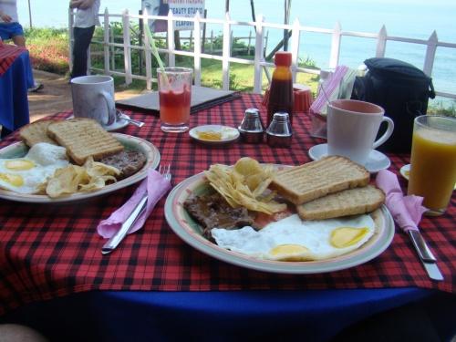 Стандартный завтрак. Стейк, яичница, тосты, масло, джем, чипсы. и чаёк)