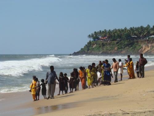 индусы гуляют. когда на ноги набегает волна - визжат-пищат и отбегают