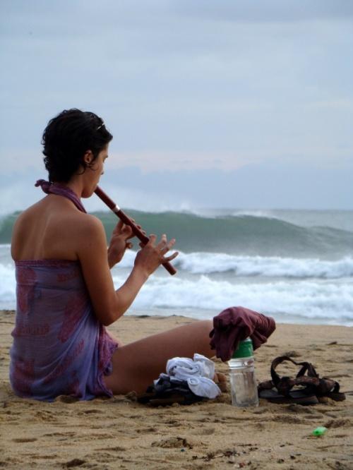 так нежно звучит флейта под шум закатного океана...