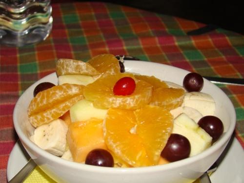 фруктовый салат: апельсины, бананы, ананасы, дыня, виноград, папайя, яблоки. Вроде ничего не забыла)