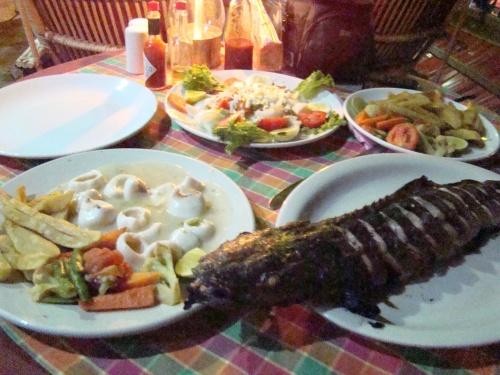 кальмары в сливочном соусе, греческий салат и какая-то вкусная рыба