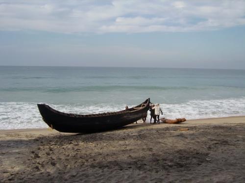 Один дедуля хотел заставить нас с подругой тащить лодочку - не большую, а маленькую...
