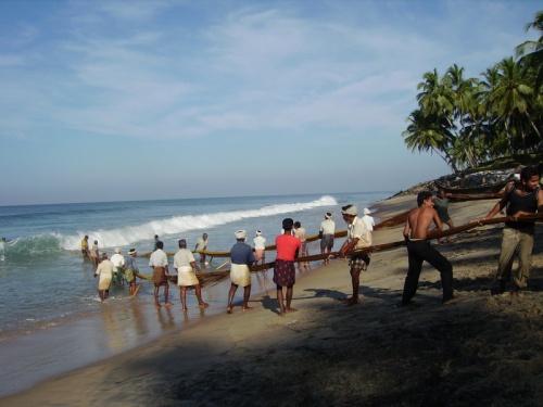 Больше всего мне понравились мужики, сидевшие в море и пугавшие рыбу :-) Завидная работа
