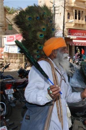 Торговец веерами принес вязанку ветра, ибо жараа..