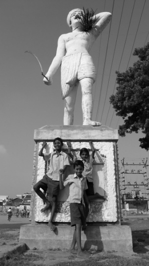 Танжавурские школьники у памятника неизвестному крестянину