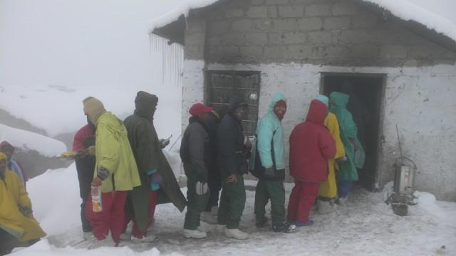 Базовый лагерь альпинистов. Очередь за обедом