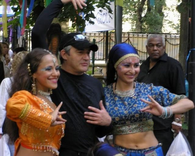 Ба,  какие гости! Дибров  со  счастливыми танцовщицами