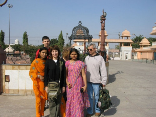 Чартарпур, с делийскими девчонками