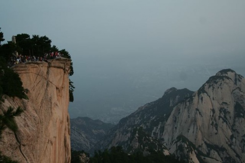 небольшая группа туристов человек в 500 ждут восхода