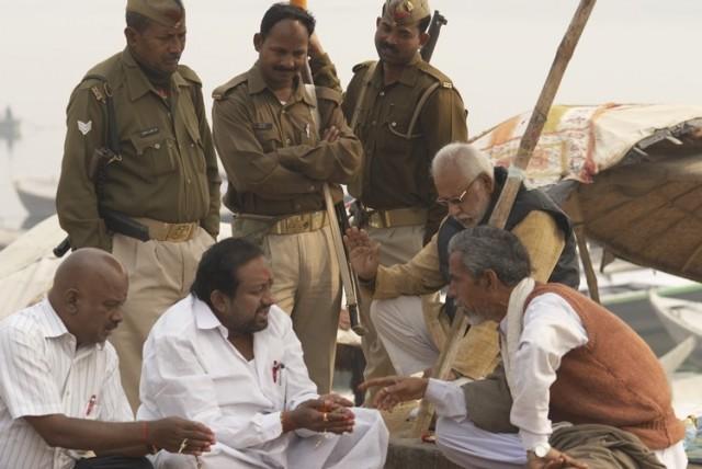 индийские кшатрии охраняют богатых вайшьев (слева), которым проводят обряд брахманы (справа)