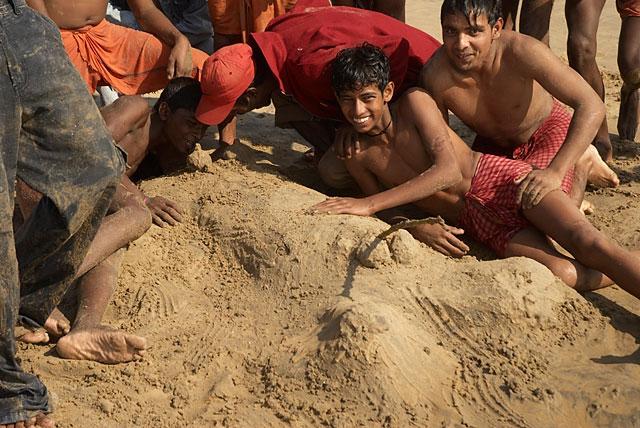 так индийские подростки развлекаются на пляже :)