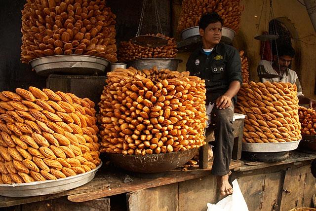 продавец сладостей возле храма Джаганнатха. сладости вкусные, но ужасно приторные