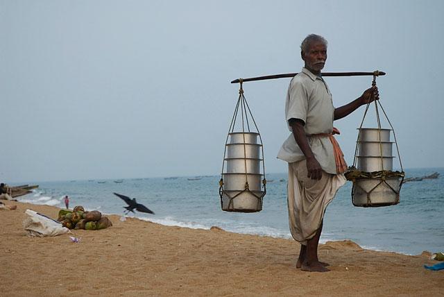 пляжный продавец еды. вместо пахлавы и чучхелы у него разные индийские перчёные вкусности