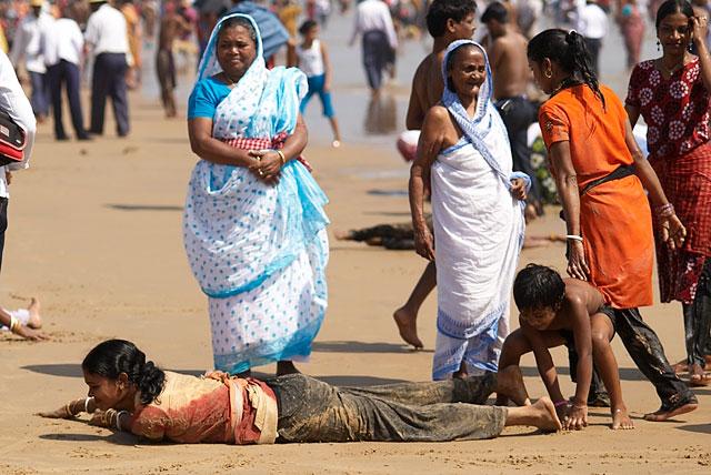 купаются и загорают индийские женщины в сари.   дикари-с...  :)