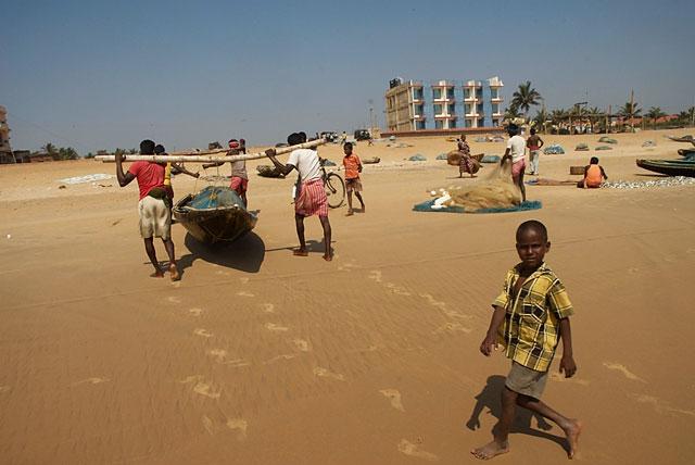 пока рыбаки занимаются со своими лодками, их дети клянчат у туристов рупии