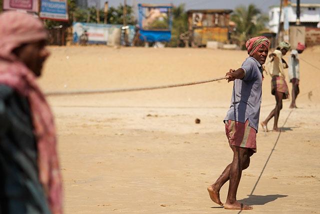 рыбаки достают сети с уловом