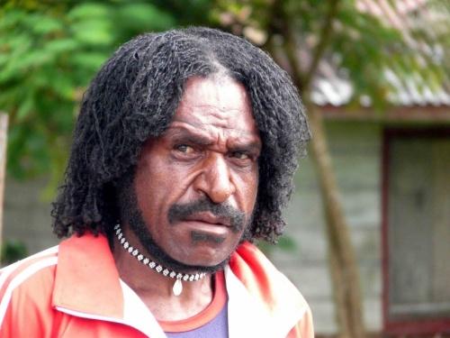 Суровый мужчина Новой Гвинеи
