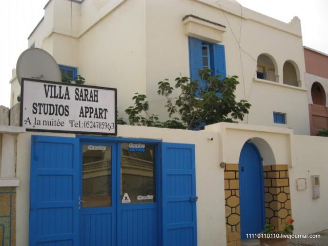 Синее окно на 2 этаже - наше :)