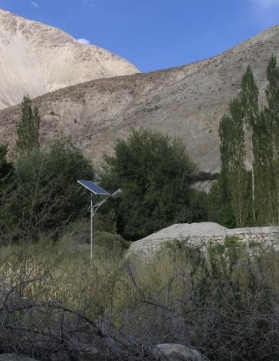 Сумур. Там ВЕЗДЕ и все на солничных батарейках. Даже одиноко стоящие среди деревьев фонари