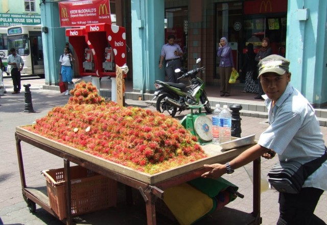 Продавец рамбутанов в Чайна Таун.