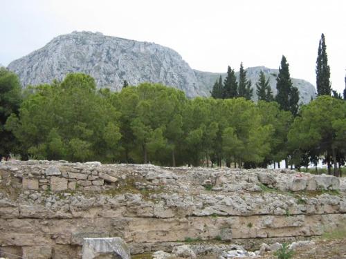 Гора Акрокоринф - над современным и древним Коринфом