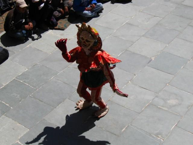 танцующий в маске