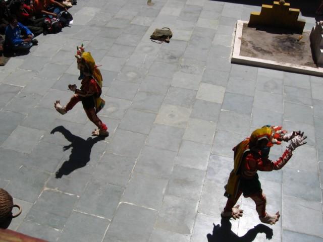 танцующие в масках