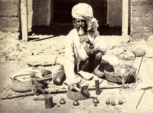Le Charmeur de Serpent, Inde, circa 1870. Tirage albuminé.