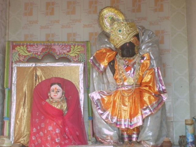 Дваркадиш (повыше) и Рукмини (пониже)
