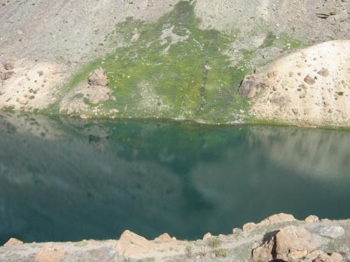 изумрудное и очень красивое озерко в гималаях