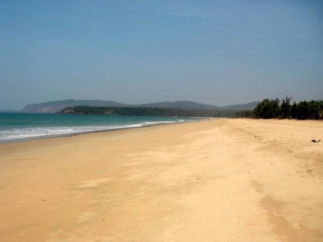 многолюдный пляж Аджуны
