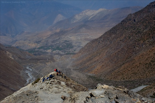 Портеры отдыхают на спуске с перевала Thorung La