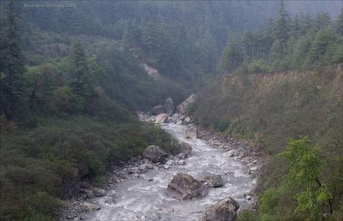 Взгляд на Кали-Гандаки сквозь сетку мелкого дождя