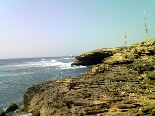 за маяком начинается скалистый берег
