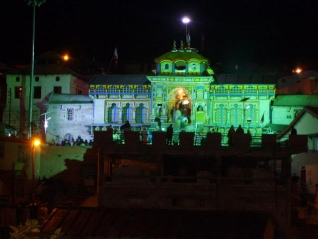 Храм Бадрината ночью крупным планом