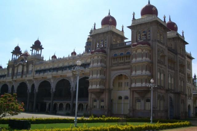 этот же ракурс дворца махараджи Майсура днём (4)